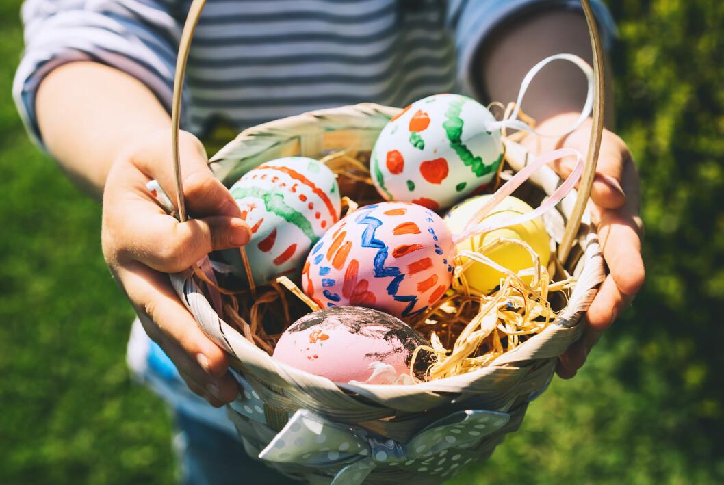 barn med ägg på påsk
