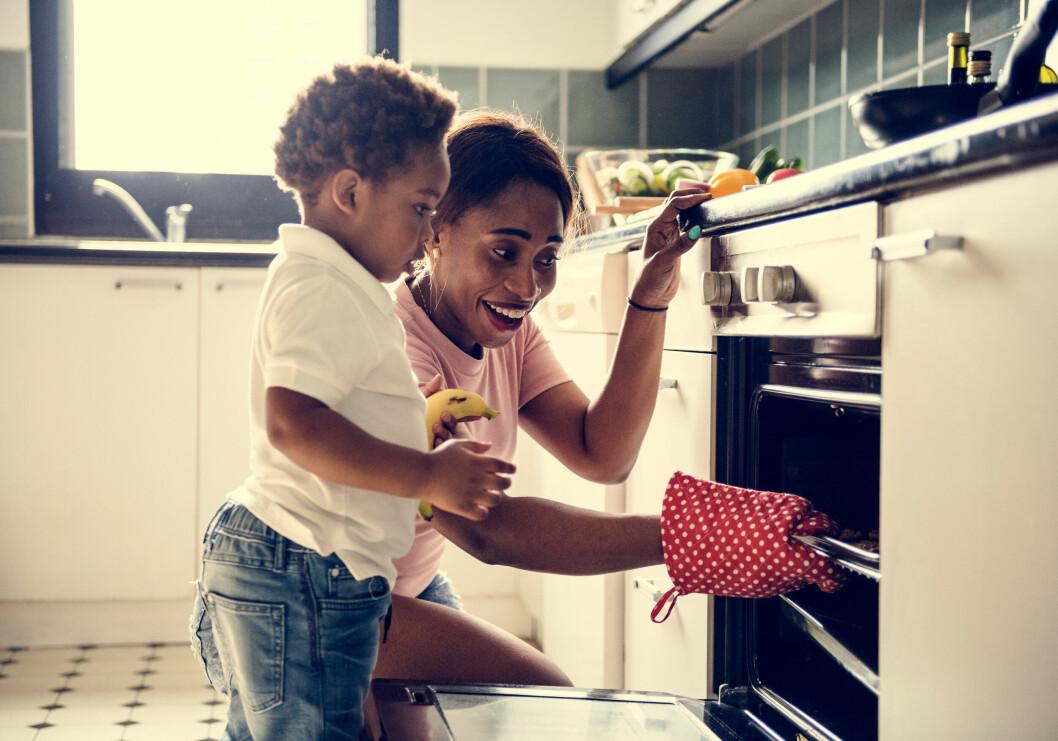 Mamma som är hemma och lagar mat