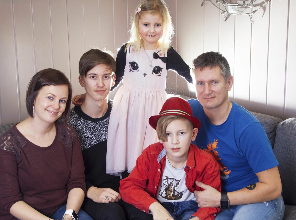 Pernille med mamma Anne, pappa Ove och bröderna Noah och William.