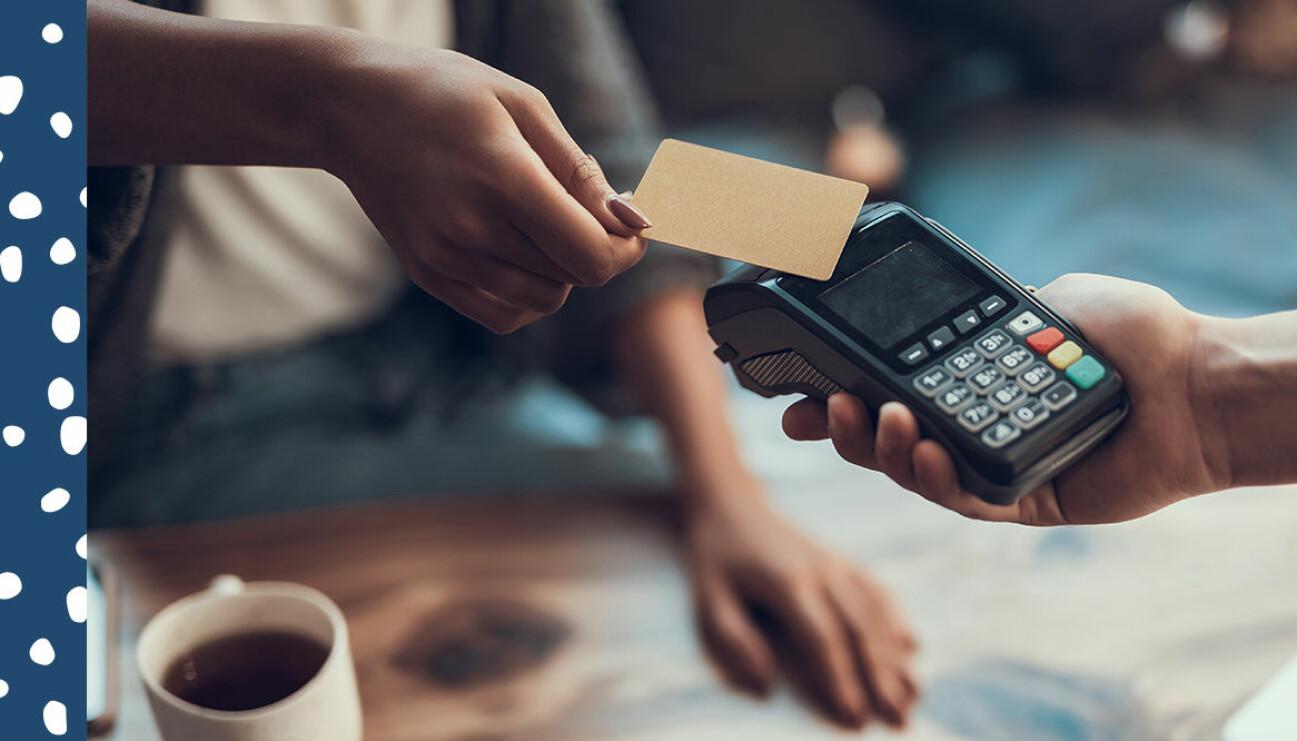 person som betalar med kort