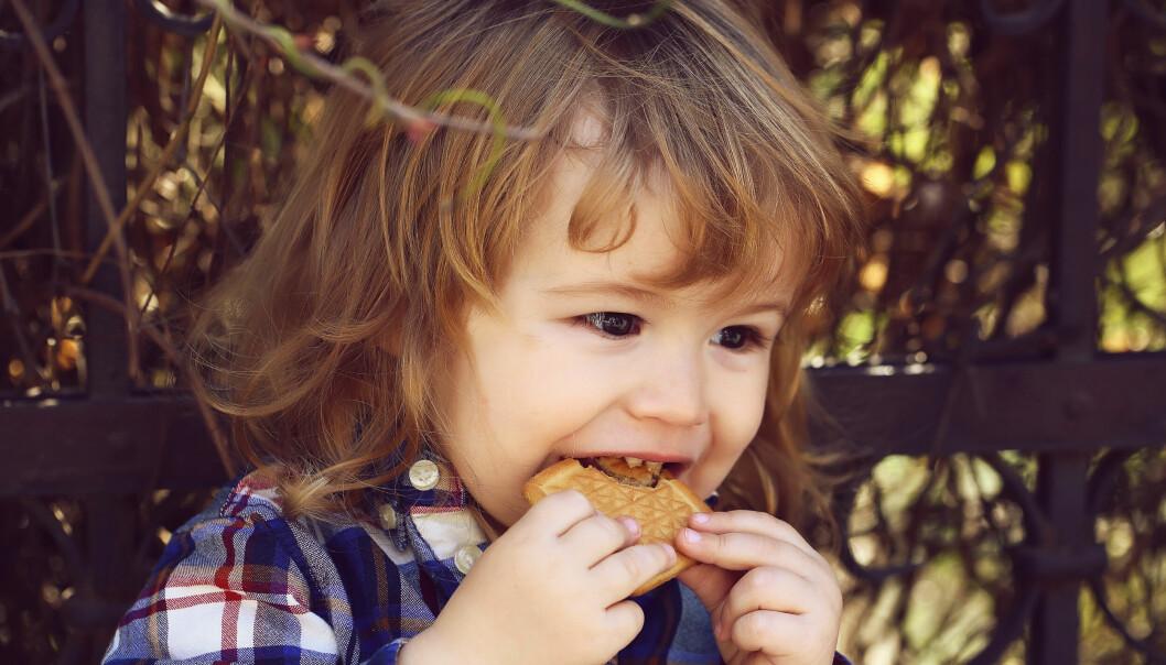 pojke äter kaka