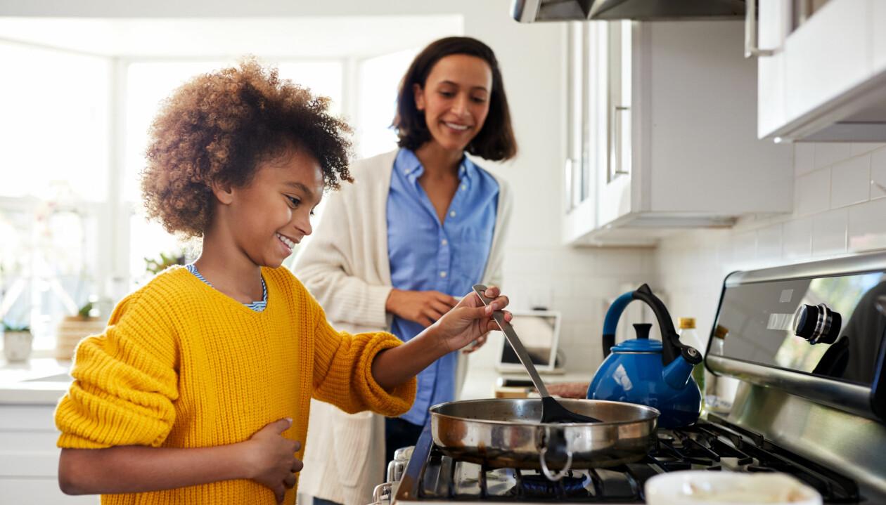 Pojke som lagar mat med sin mamma
