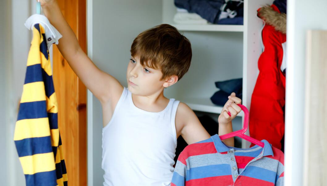 pojke väljer kläder