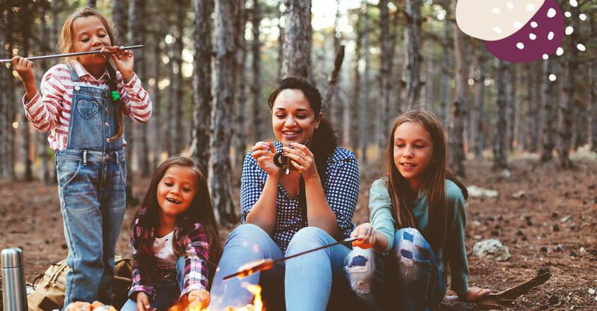 familjen ledig tillsammans i skogen