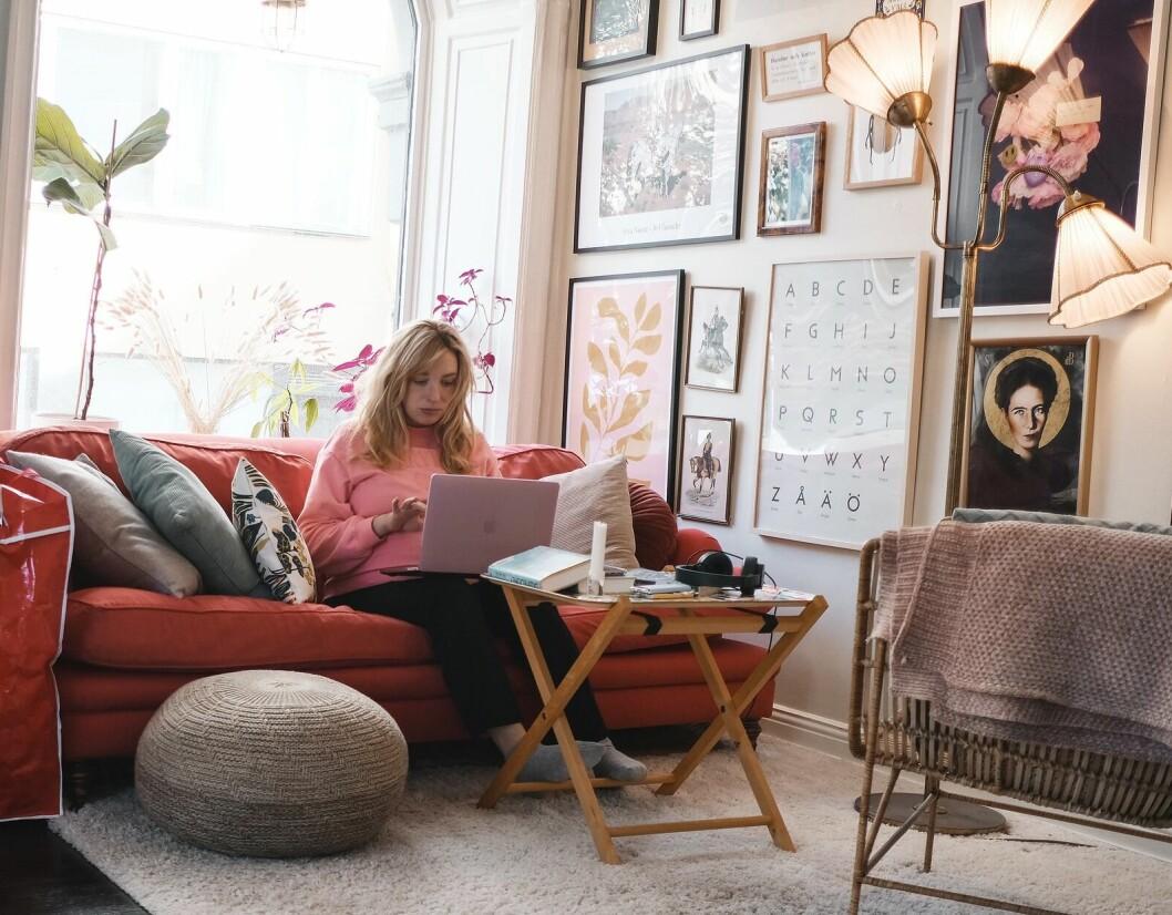 Bloggare, serieskapare och författare Sandra Beijer arbetar på sin dator på sitt kontor i Stockholm.