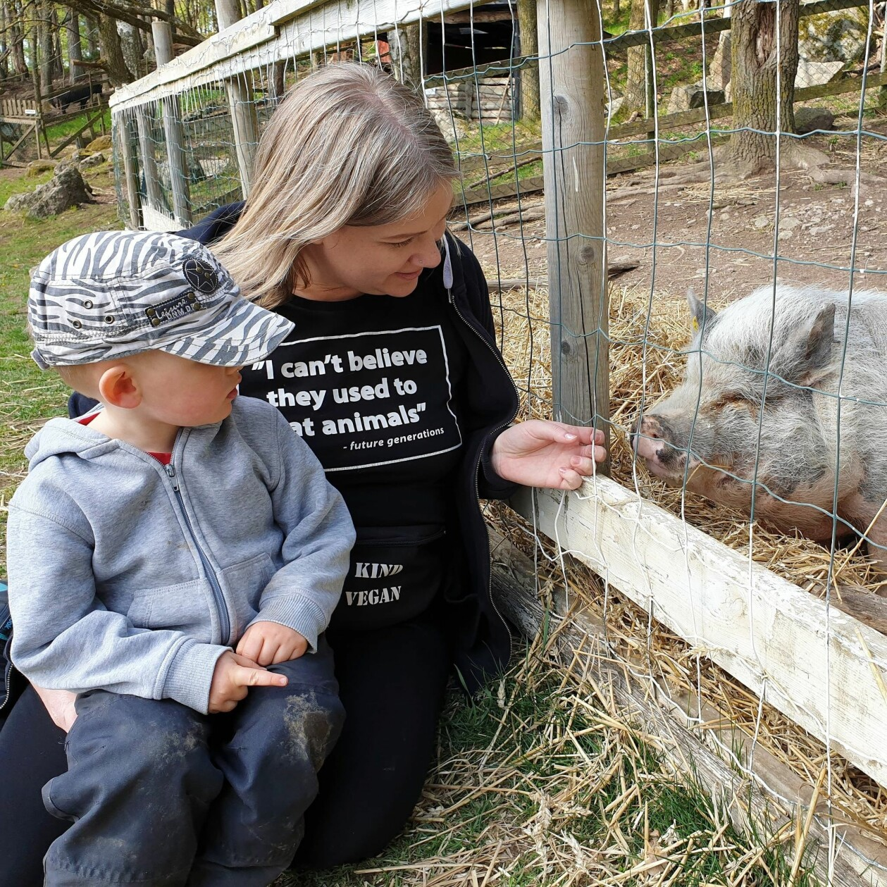 Sandra och Elvis hälsar på gris.