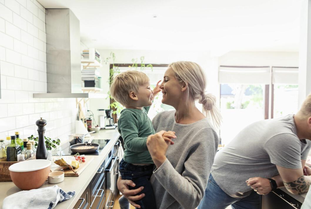 mamma med son i kök