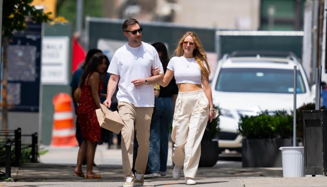 Jennifer Lawrence och maken Cooke Maroney, som arbetar som gallerist, ute på tur på New Yorks gator efter en mysig lunchdejt i SoHo i somras.