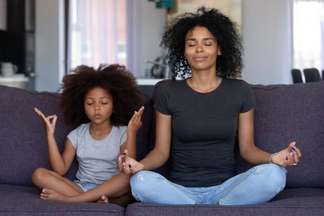 mamma och barn mediterar