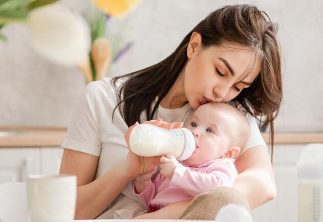 kvinna som matar ett barn