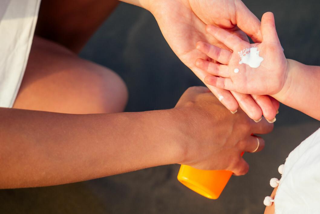 Solkräm barn hand