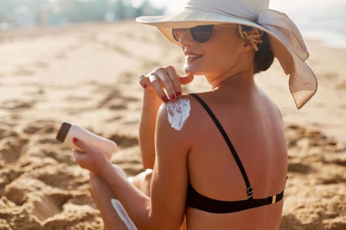 kvinna tar solkräm