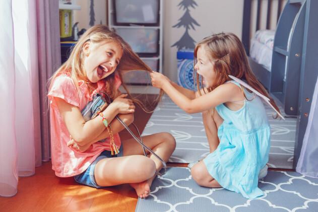 två systrar bråkar