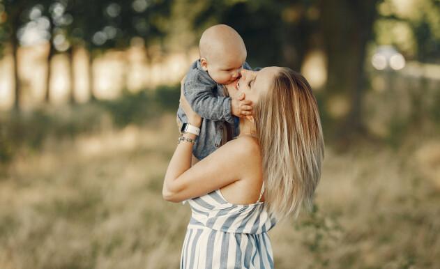 gudmor som håller bebis