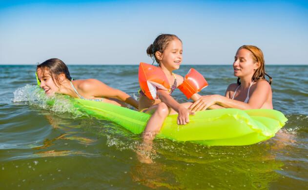 Barn och mamma som badar