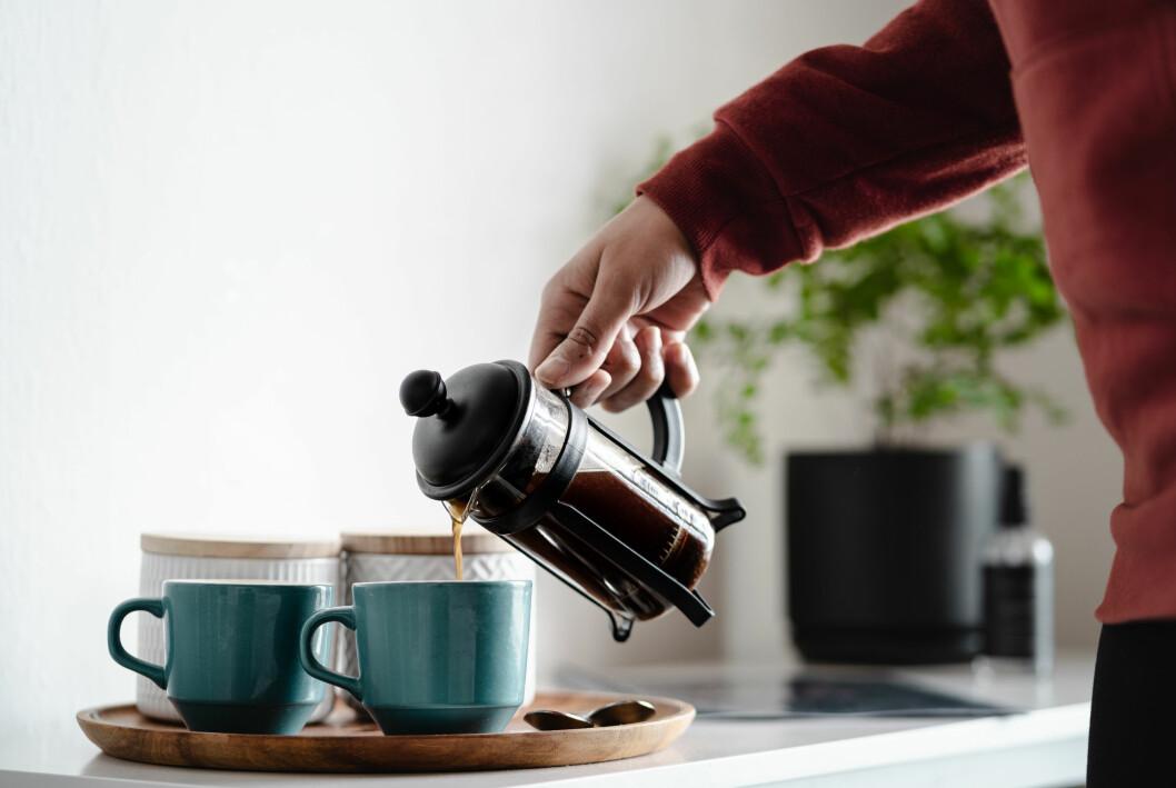 person som häller upp kaffe