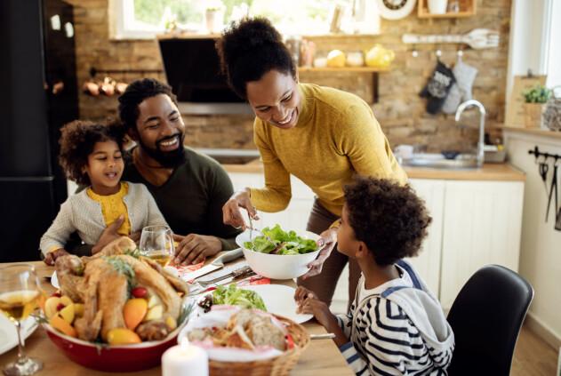 familj som äter middag