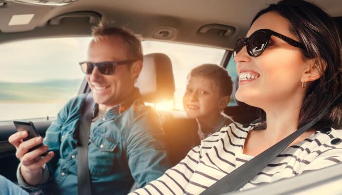 En familj sitter i bil