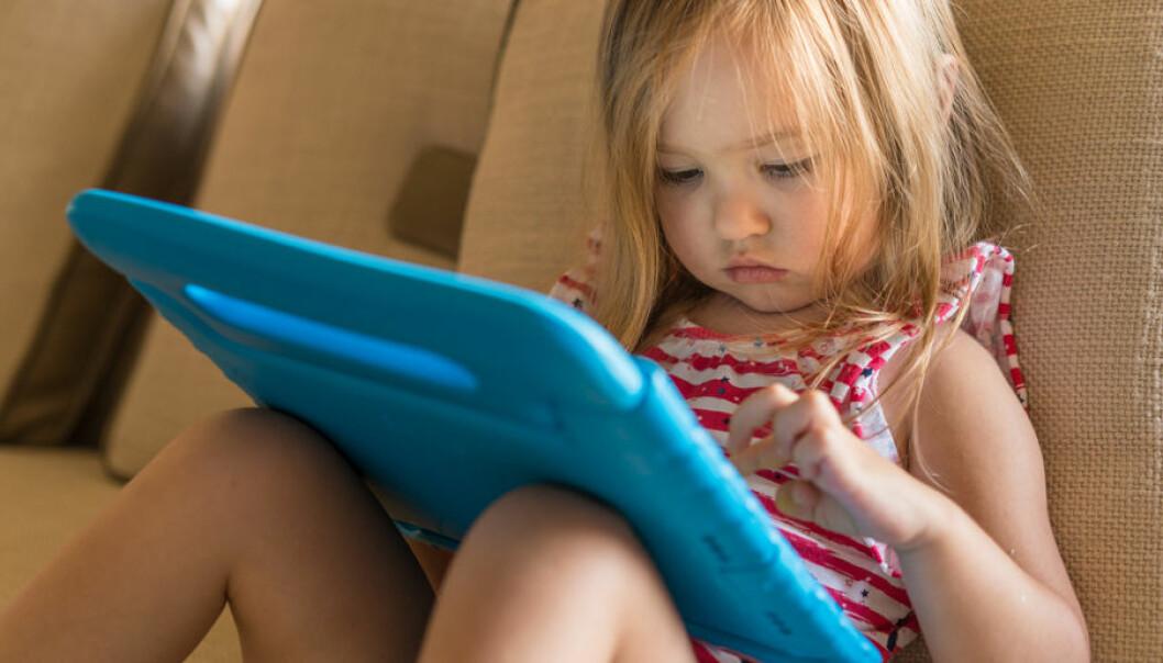Var försiktig med hur mycket tid barnet sitter framför skärmen.