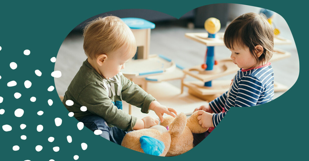 Små barn som leker på golvet