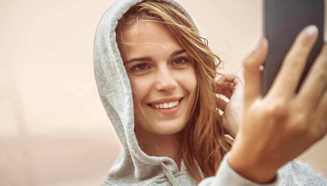 Ung kvinna tar en selfie