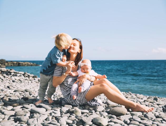 barn mamma stranden sommar bebis