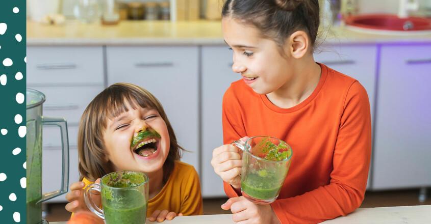 barn som dricker grön smoothie