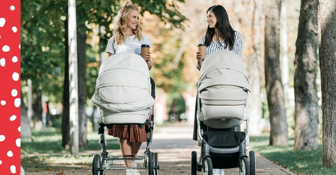 Vänner är ute och promenerar med barnvagnar