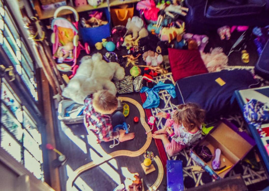 Barn i rum fullt av leksaker