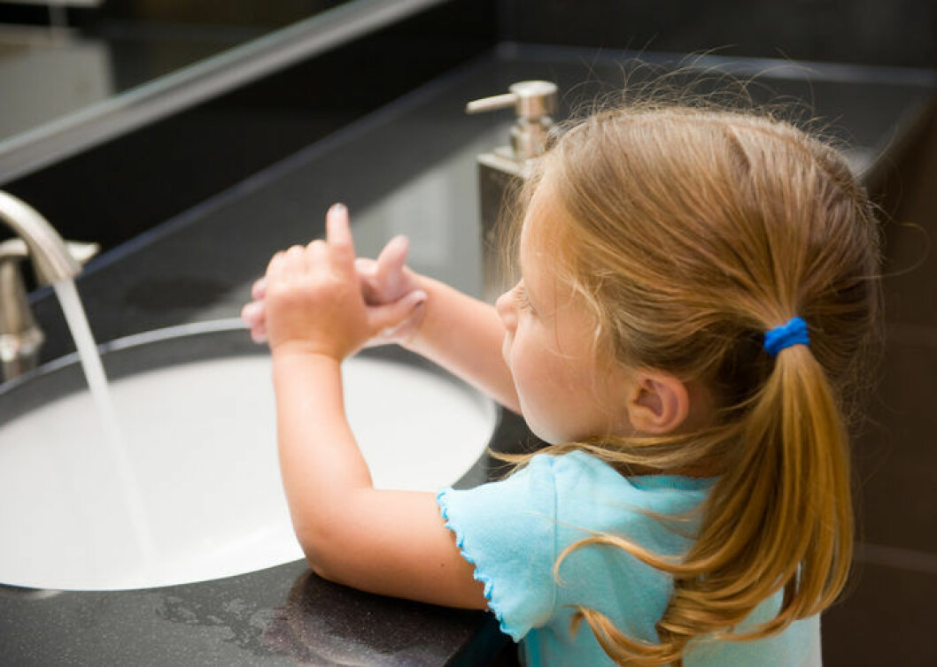 Barn som tvättar händerna