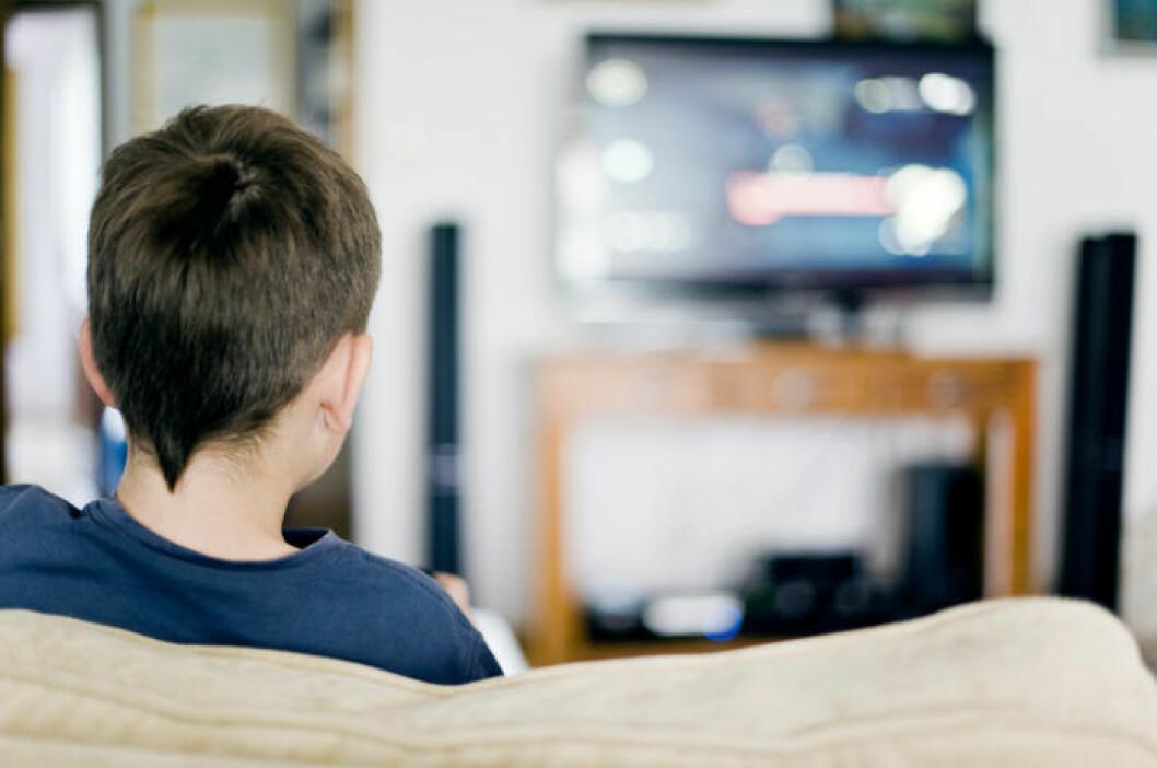 Barn som sitter framför tv-spel