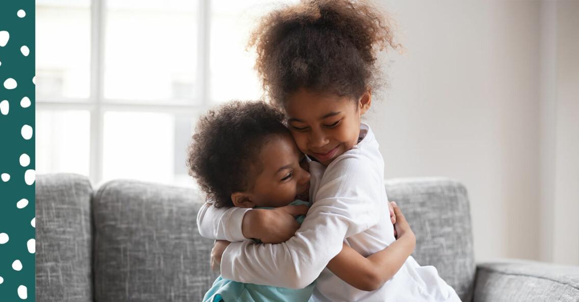 Två barn kramar om varandra och visar varandra kärlek