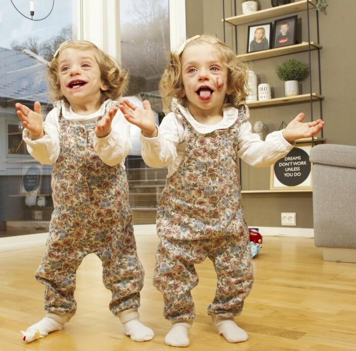 Tvillingar i likadana kläder.