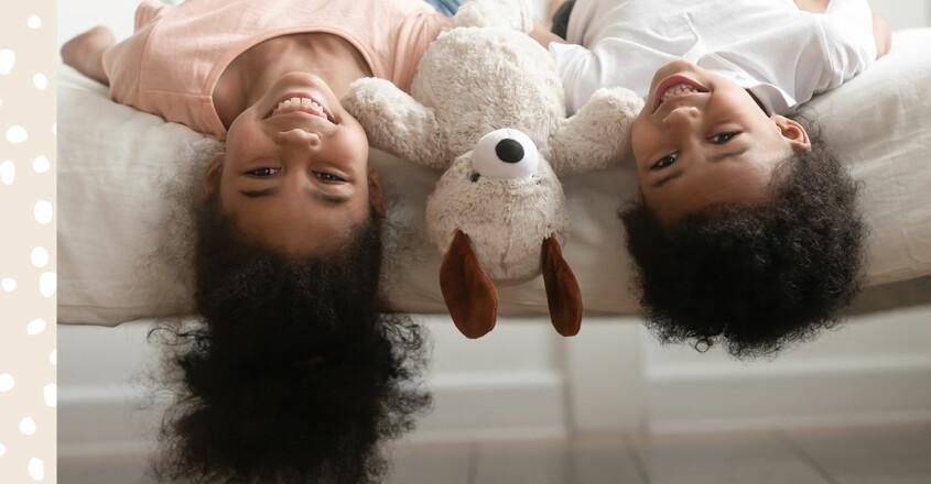 Tvillingpar busar i säng