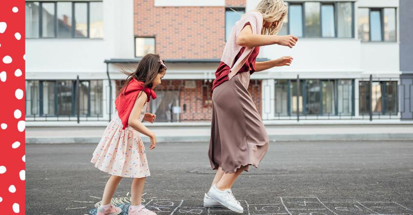 mamma och dotter hoppar hage